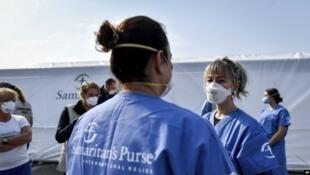 les infirmières devant  l'hôpital de Crémone