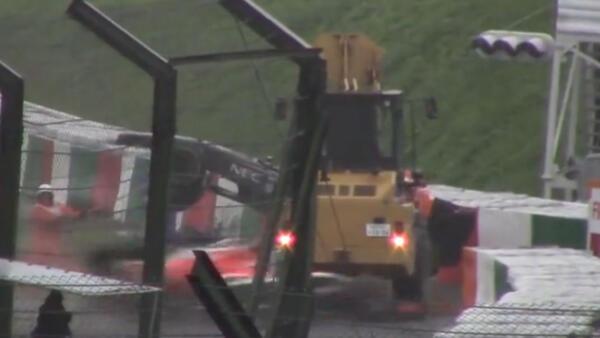 Captura de vídeo da cena da colisão de Bianchi em um guindaste que estava removendo a Sauber de Adrian Sutil da pista, em Suzuka.