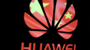 Logo của Hoa Vi trên nền họa tiết quốc kỳ Trung Quốc.