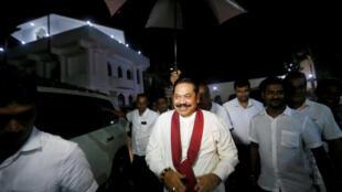 Cựu tổng thống Mahinda Rajapakse  sau khi được bổ nhiệm làm thủ tướng, hôm 26/10/2018, đã tới thăm một đền thờ ở Colombo.