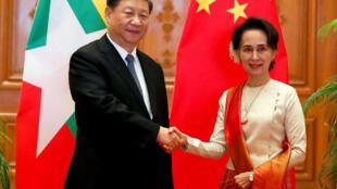 Le président chinois Xi Jinping et Aung San Suu Kyi, cheffe «de facto» du gouvernement birman, au palais présidentiel, le 18 janvier 2020.