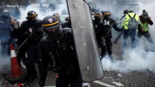 Во время акций протеста 8 декабря в Париже работали не менее восьми тысяч полицейских