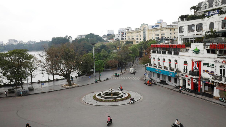 Quảng trường Đông Kinh Nghĩa Thục ở trung tâm Hà Nội vắng bóng người vì dịch COVID-19, ngày 27/03/2020.
