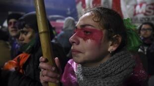 Militantes pró-aborto, que acompanharam a votação em frente ao Congresso argentino, prometem continuar a luta pela legalização do aborto no país, apesar da rejeição do projeto no Senado.