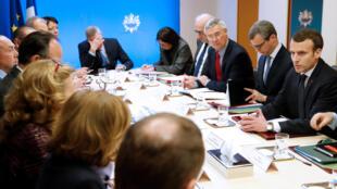 O presidente Emmanuel Macron durante a reunião do Conselho de Defesa do governo francês, neste sábado