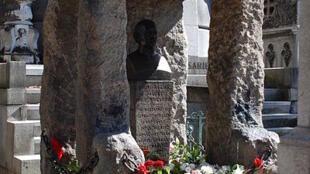 Túmulo de Allan Kardec, um dos mais visitados no cemitério Père-Lachaise.