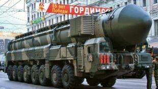 Le missile balistique intercontinental Topol en parade en Russie.