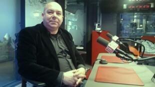 El autor Juan Francisco Ferré en los estudios de RFI.