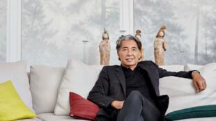 O estilista Kenzo Takada, em seu escritório parisiense