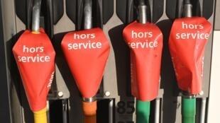 Фотография сделана на бензозаправочной станции в Марселе сразу после того, как к забастовке присоединились работники нефтеперерабатывающего завода Lavéra.