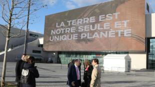 """""""A Terra é nosso único planeta"""", diz o outdoor na entrada do local, em Paris, onde aconteceu a conferência """"One Planet"""", em dezembro de 2017."""