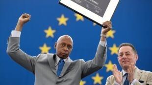 Le 3 juillet 2013, le militant des droits de l'homme et journaliste Guillermo Farinas Hernandez reçoit physiquement le prix Shakarov que le Parlement européen lui avait décerné en... octobre 2010.