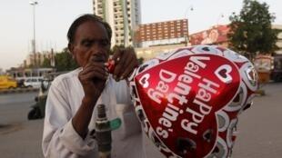 Продавец воздушных шаров в Исламабаде, февраль 2016 г.