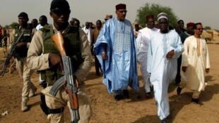 Juin 2016: le ministre de l'Intérieur du Niger, Mohamed Bazoum (C), en visite près de Diffa, après une attaque de Boko Haram.