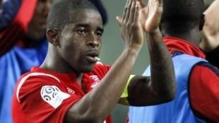 El capitán del Lille Antonio Mavuba celebra con el equipo después del partido de la liga francesa en el que venció al Saint Etienne 2-1