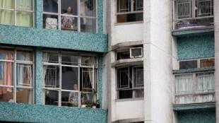 透過窗戶關注示威活動的香港民眾 2019年8月中旬 Des Hongkongais observant une manifestation depuis leurs fenêtres, le 17 août 2019 (photo d'illustration).