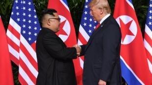 Le président américain Donald Trump et le leader nord-coréen Kim Jong-un ont échangé une poignée de main historique.