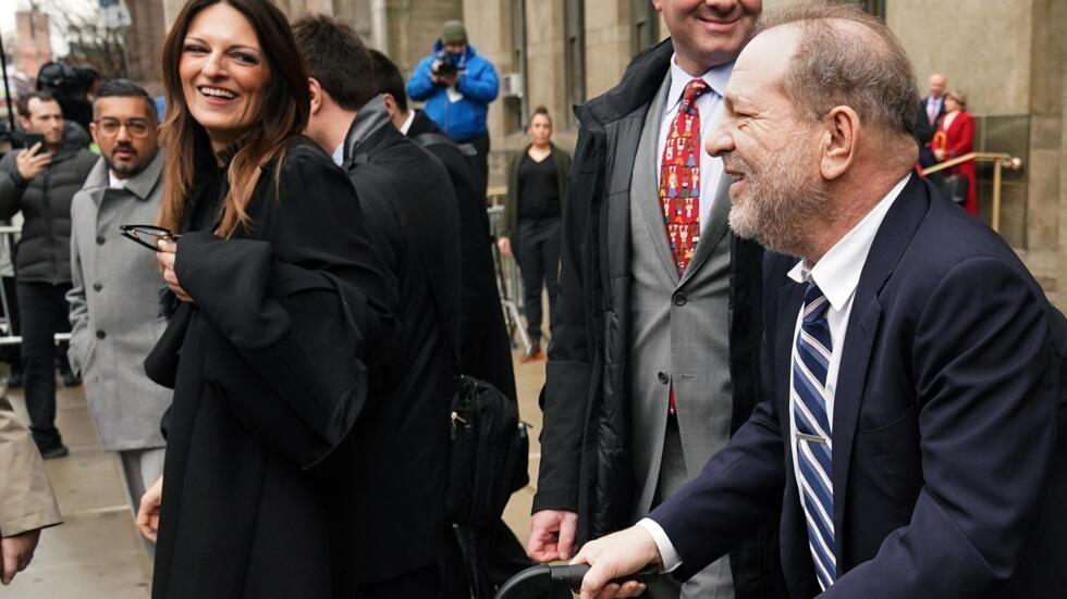 Harvey Weinstein et son avocat Donna Rotunno après avoir fait une déclaration à la presse alors qu'il quitte le tribunal correctionnel de New York lors de son procès pour agression sexuelle en cours à New York, le 13 février 2020.