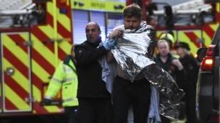 英国警察救援协助一名在伦敦大桥遭攻击的受伤男子   2019年11月29日
