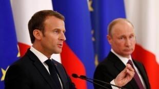 លោកប្រធានាធិបតីបារាំង Emmanuel Macron (ឆ្វេង) និងសមភាគីរុស្ស៊ីលោក Vladimir Poutine នៅSaint-Pétersbourg ថ្ងៃទី ២៤ឧសភា ២០១៨