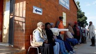 Fila de electores en Soweto el 8 de mayo de 2019.