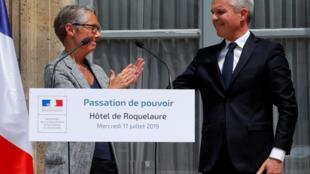 Ministra dos Transportes da França, Elisabeth Borne, recentemente nomeada para o Ministério da Transiçéao Ecológica, aplaude o ex-ministro da pasta François de Rugy, durante cerimônia de transferência de poder, em Paris, nesta quarta-feira (17).