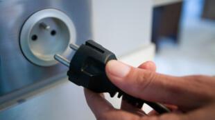 Desligar aparelhos da tomada economiza energia