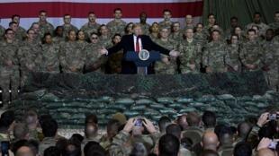 Le président afghan Ashraf Ghani et le président américain Donald Trump s'adressent aux soldats américains lors d'une visite surprise à l'aérodrome de Bagram, le 28 novembre 2019 en Afghanistan.