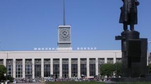 Санкт-Петербург. Финляндский вокзал и памятник Ленину