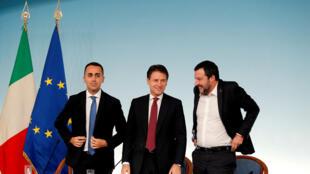 Le Premier ministre italien, Giuseppe Conte, au centre, entouré de Matteo Salvini, le ministre de l'Intérieur (à droite) et de Luigi Di Maio (à gauche), ministre de l'Industrie, le 22 novembre 2018 à Rome.