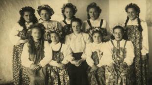 Ирина Тарнавская (справа) с ансамблем в сибирской колонии-поселении