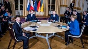 Từ trái sang phải: Tổng thống Ukraina Volodymyr Zelensky, tổng thống Pháp Emmanuel Macron, nguyên thủ Nga Vladimir Putin và thủ tướng Angela Merkel tại điện Elysée ngày 09/12/2019.