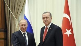 Vladimir Poutin et Recep Tayyip Erdogan durante encontro em Ancara, em 1° de dezembro de 2014.
