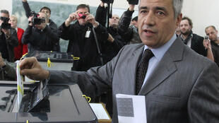 Лидера косовских сербов Оливера Ивановича застрелили 16 января 2018 года. На фото он на местных выборах в Митровице в 2013 году
