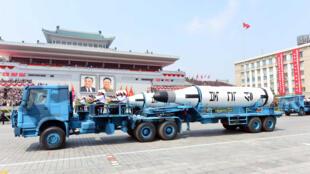 Xe chở tên lửa trong một cuộc diễu binh ở Bình Nhưỡng, Bắc Triều Tiên. (Ảnh do KCNA công bố ngày 16/04/2017)