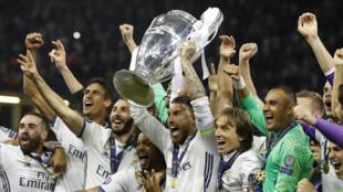 Jogadores do Real Madrid levantam o troféu da vitória