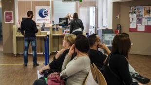 Pessoas aguardam atendimento em agência do Pôle Emploi, em Paris