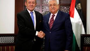 លោក Mahmoud Abbas (ស្តាំ) ចាប់ដៃជាមួយលោករដ្ឋមន្ត្រីការបរទេសបារាំង Jean-Yves Le Drian។ ក្រុង Ramallah ថ្ងៃ២៦ មីនា ២០១៨