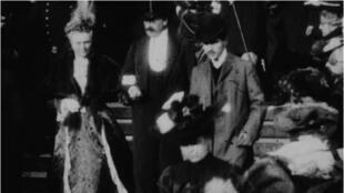 Frame do vídeo de 1904 onde aparece Marcel Proust (à direita).