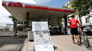 Signs indicate a petrol station is out of gasoline and diesel in Paris on May 31, 2017