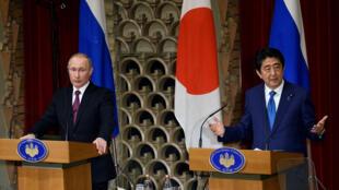 Tổng thống Nga Vladimir Putin (T) và thủ tướng Nhật Shinzo Abe tại Tokyo, ngày 16/12/2016.