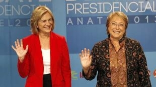 Les deux candidates à la présidentielle chilienne, Evelyn Matthei (G) du parti de droite et  Michelle Bachelet du parti de la Nouvelle majorité, à la fin d'un meeting télévisé, le 10 décembre 2013.