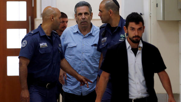 Gonen Segev, ex-ministro de Israel acusado de espionagem (centro)