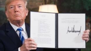 Le président américain Donald Trump arbore la signature du retrait des Etats-Unis de l'accord sur le programme nucléaire en Iran et du rétablissement des sanctions américaines contre Téhéran, le 8 mai dernier à la Maison Blanche.