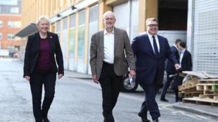 Angela Eagle (g) propose sa candidature à la tête du Labour face à Jeremy Corbyn (c), ici aux côtés de Tom Watson, le 6 juin 2016.