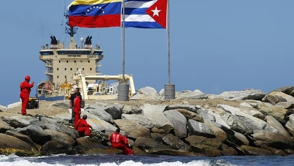 Las banderas de Venezuela y Cuba flotaron durante la ceremonia por el inicio del tendido en el puerto venezolano de La Guaira.