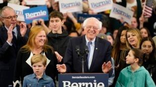 رنی سندرز نامزد حزب دموکرات، در سخنرانی شامگاه سهشنبه ٢٢ بهمن/ ١١ فوریه ٢٠٢٠ در جمع هوادارانش در شهر منچستر.