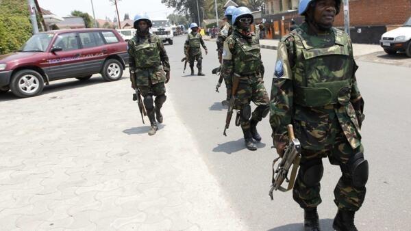Soldados da força de paz da ONU patrulham fronteira entre Ruanda e a República Democrática do Congo nesta quinta-feira, 29 de agosto de 2013.