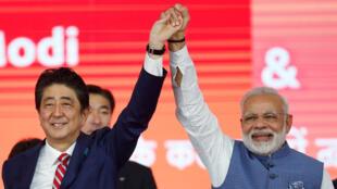 Thủ tướng Nhật Shinzo Abe (trái) và đồng nhiệm Ấn Độ Narendra Modi, trong lễ khởi công xây dựng tuyến tàu cao tốc đầu tiên của Ấn Độ, ngày 14/09/2017 tại Ahmedabad.