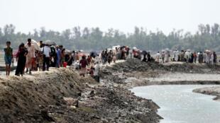 Refugiados rohingyas caminham até o campo de Cox's Bazar, em 19 de novembro de 2017.